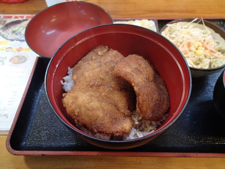 福井の名物である小川家の「ソースロースかつ丼」。写真は並(480円)にサラダセット(120円)をプラス。かつが3枚だけのシンプルな盛りがGOOD!