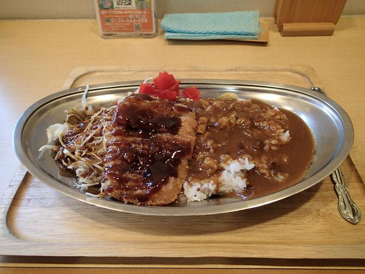 神田パーキングエリアで発見した「北陸道カレー」(800円)。本来カレーうどんがここの名物らしいが、どことなく金沢カレーに似た盛り付けだった