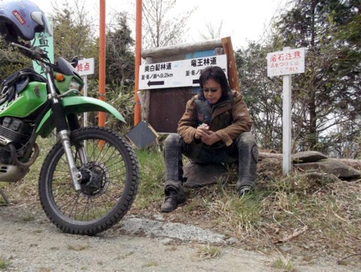 頂上付近にてしばし休憩。たいした距離を走ったわけではないがやはりキツイです。本気でバイクを楽しもうと思ったら体力づくりも忘れちゃいけませんぞ