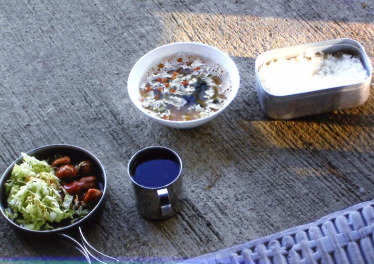 朝ゴハン♥こんなものでも、自然の中で食べるとおいしいんだよねェ