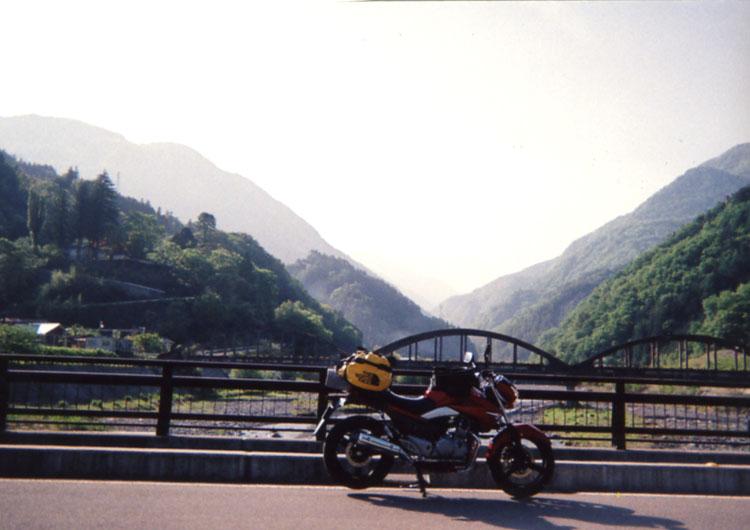 まっ赤なバイクと赤石岳の写真のつもりだったけど、レンズ付きフィルムだから、まったく写ってないんだよな