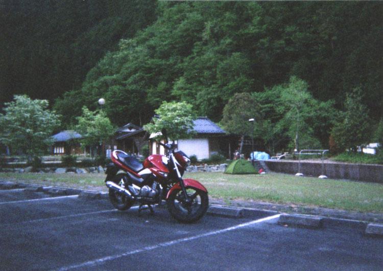 下呂温泉から、20〜30分の所にある、まるかりの里久野川キャンプ場。スーパーに寄ってから来ないと大変だぜ