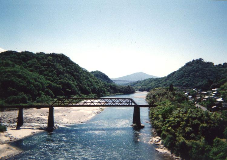手前の鉄橋、廃線みたいなんだけど調べてもわかんないんだよねェ。鉱山用のヤツかなあ〜!?