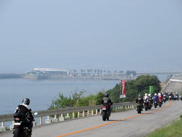 日本全国から続々と明石海峡公園に入場。イベント開始早々、会場はご覧の通り、熱きカワサキのオーナー達で埋め尽くされる