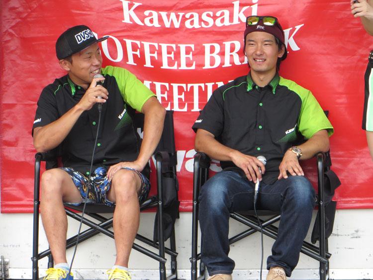 トークショーはカワサキ・レーシング・チーム(KRT)から新井宏彰選手と三原拓也選手、チーム・グリーンからは柳川明選手と渡辺一樹選手と、国内トップカテゴリーを戦う4名が登場。モトクロスとロードレースの2カテゴリー、KAZEギャルも4名と100回記念ならでは。さらに、川崎重工から技術本部デザイン部 部長 福本圭志氏、技術本部商品企画部 副部長 信夫 学(シノブ マナブ)氏を招き、スペシャルインタビューも実施。カワサキ車の生みの親の話はとても貴重で、へぇ~やほぉ~連発のエピソード、カワサキの今とこれからについても聞くことができた