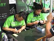 KRT、チーム・グリーンの4名のライダーによるサイン会も実施。長蛇の列ができる人気で、ゴールドの記念マグカップが更なる思い出に