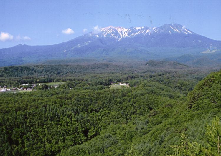 5月と比べたら、ずいぶん雪も少なくなった御岳山(3063.4m)。ちなみにこの辺一帯大昔は海の底だったんだってサ