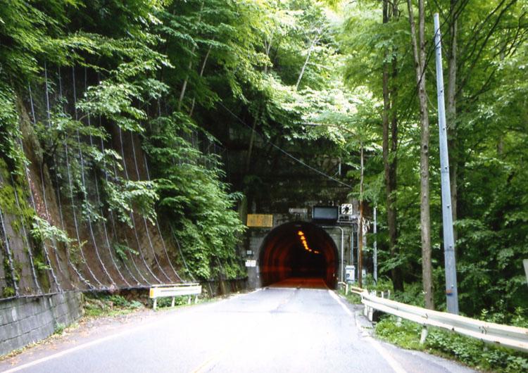 でも、一部の道は狭くなっているし、トンネルも古いし、暗いし、ちょっぴり恐いです