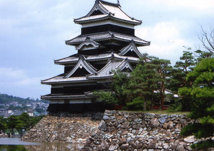 松本市内に到着。このお城、再建ではなく本物なんだよね。美しいなあ、やっぱ日本のお城は!!