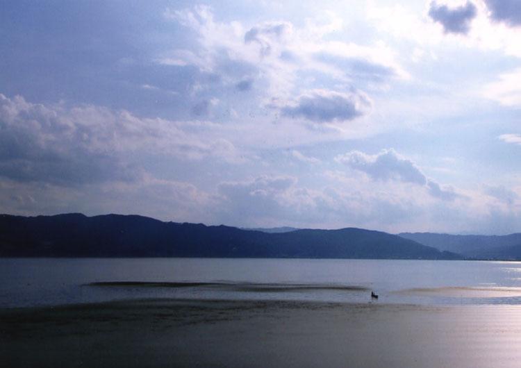 諏訪湖。このところ全面が凍る「お神渡り」も見られなかったけど、今年はたしか凍ったんだよね!?