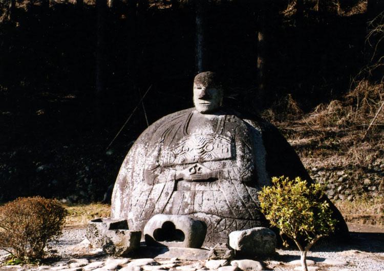 諏訪大社春宮近くにある、万治の石仏。不思議な形してるよね。いろいろと伝説もあるみたいだよ