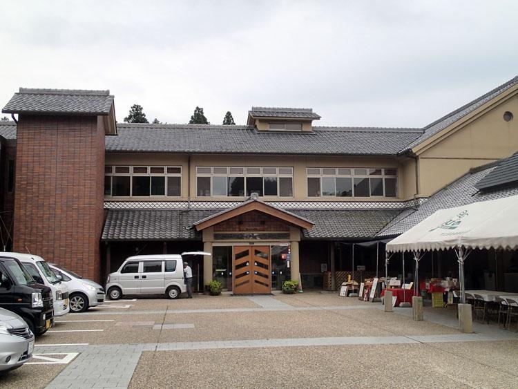 玄関前に出店が立ち並ぶ大山田温泉「さるびの」。かなりのヌルスベ源泉が楽しめる二重構造の浴室はさながら忍者屋敷のようだ