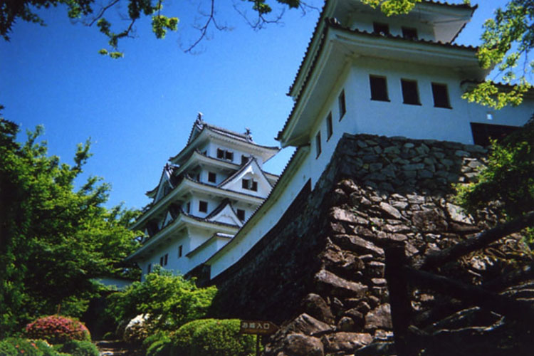 日本一美しい山城といわれている郡上八幡城。現代の物は、昭和8年に再建されたものだけど木造再建築としては日本で最古らしいぞ