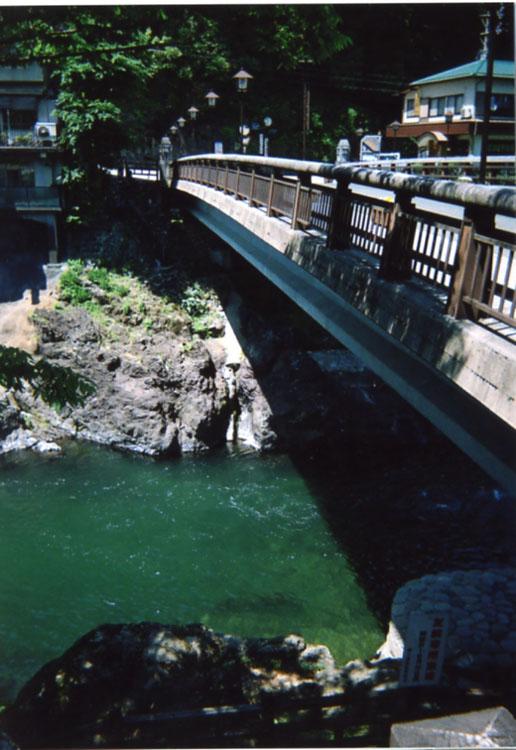 川面まで約13m!! ここからみんな飛び込むんだよォー。ワタシにはとてもできません!