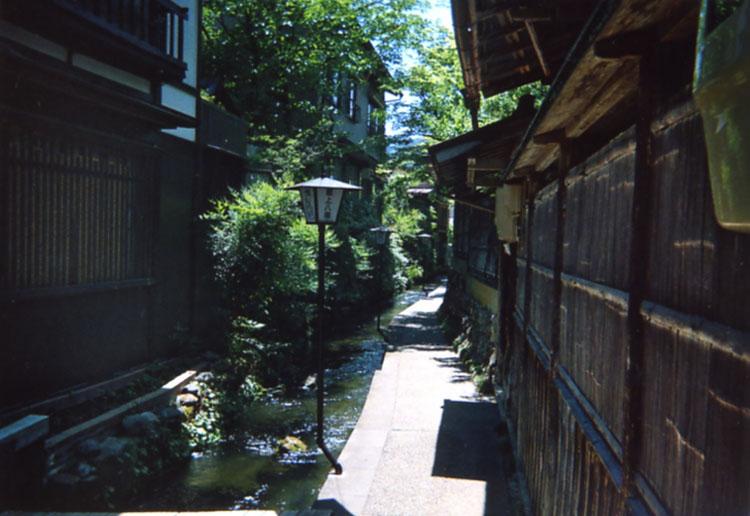 市内にはたくさんの水路があって鯉が泳いでいました。夏はホント涼しげでいいよね