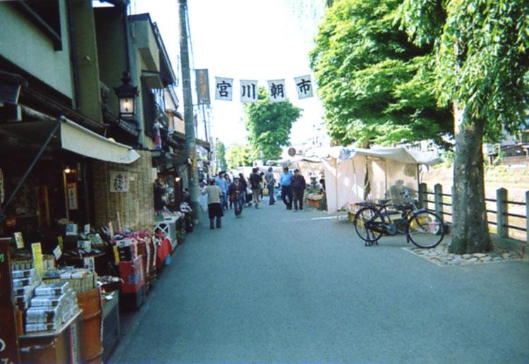 高山といえば朝市が有名だよね。でも今日は平日のせいか、お店が少なかったぞ。少々ガッカリかも!?