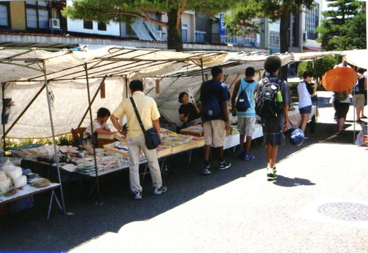 こちらは陣屋前の朝市。修学旅行中 (!?)の外人の生徒がたくさんいました。白人の女の子が手作りの布ぞうりを買っていたぞ