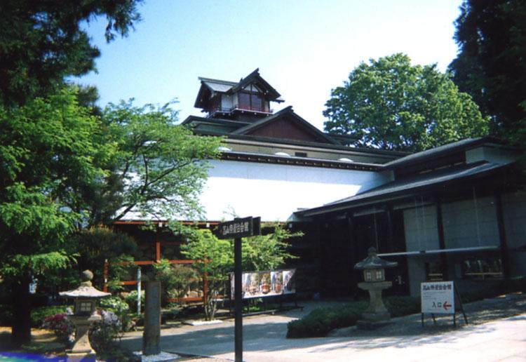 神社の参道にある高山祭屋台会館。お祭りに使う屋台を展示してあるのですが、その大きさと美しさにビックリ!!