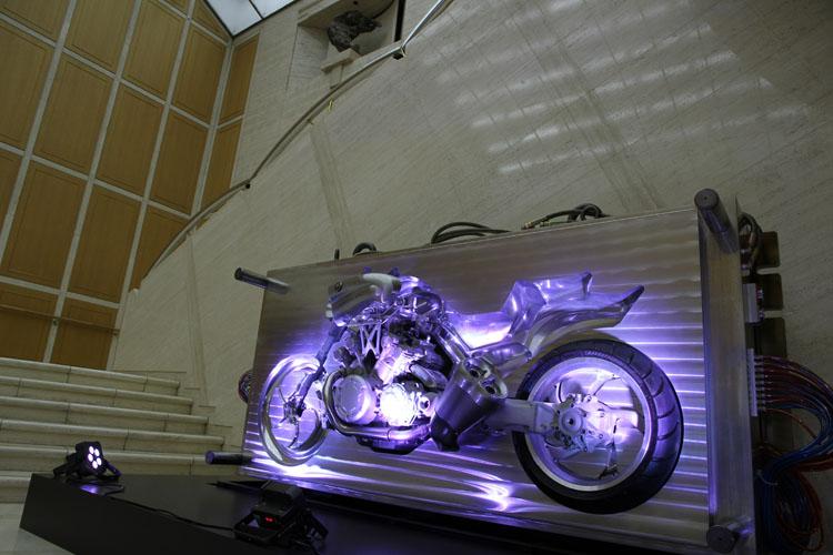 美術館に入ると、目の前には2007年の東京モーターショーに出展された「VMAX胎動-Need 6-」。現在販売されているVMAXの誕生を予告した金型として話題となった。企画展の会場に繋がる通路にはGKの思想が並ぶ。