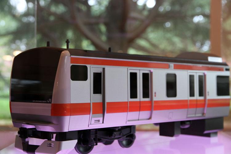 2006年、JR東日本・中央線から投入された「E233系」は、都市を走る道具としてあるべき姿を考え内外装をデザイン。簡易式ドリップコーヒーの先駆け「モンカフェ」は、六角形の外箱に曲線を組み合わせた優雅な雰囲気などの演出性が高められている