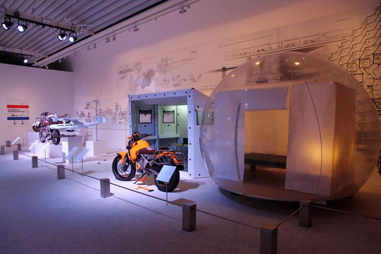 「第2章:創造工房」では新たなコンセプトや技術の開発といったGKの活動の一環を紹介。モーターショーに参考出展されたバイク、子どもを同乗させながら親子で楽しむことができる丸石サイクルの自転車&キックボード試作車(2002年)、自主研究「昇降式車いす」などが見られる