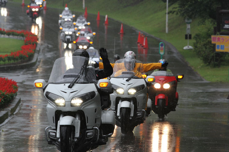 そして強く降る雨を物ともせず会場を後にするゴールドウイング、ゴールドウイング、ゴールドウイング!
