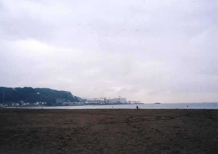 人もまばらな材木座の海岸。さっきまで晴れていたのに、いきなり雨が降り出しました。