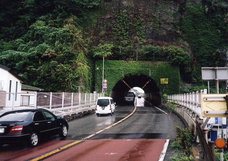 目の前には古いトンネルが……。でも、この先にある長いトンネルの方が、ホントは怖いんだよな。