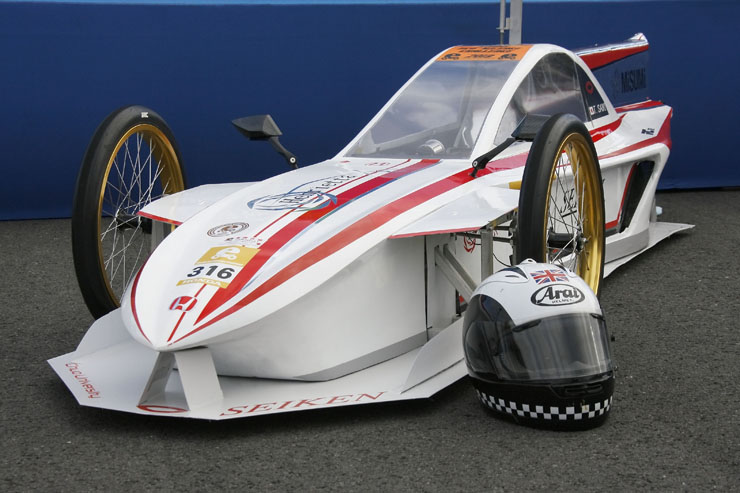 「デザイン賞」に選ばれたグループⅢの中央大学精研(株)まほろば製作所 チーム。F1マシンをイメージしたという