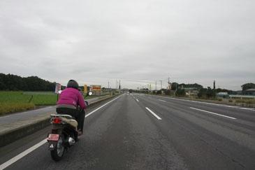 腹を満たし、国道4号バイパスを再び北上。3車線になると100キロ近い速度で走るクルマも。速度差は危険と考え、我々も止む無く速度を上げることに。そんなことしていたら、国道125号線へ右折するポイントを見過ごすことに。写真は既に国道50号線手前まで到達していますが、この時点でまだロストしていることに気付いていませんでした