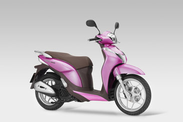 CGではありません。Shシリーズが人気のイタリア・ホンダのWEBサイトで発見しました。実際にラインナップされています。正に私、ピンキー高橋に「乗れ!」と言わんばかりの鮮やかなカラー(パールピンク)でございます。あの「ピンク・クラウン」を買う人がいるのですから、コチラも100台くらいは日本でも売れるのではないでしょうか?
