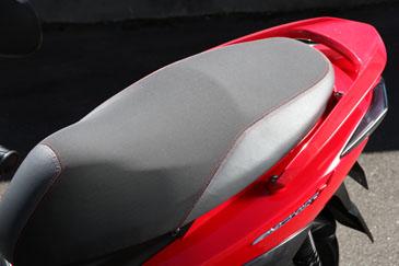 独特のクッション感を堪能できる、たっぷりサイズのシート。SRはツートン&赤ステッチ付き。大容量のシート下トランクはフルフェイスに加えハーフタイプのヘルメットも同時収納可