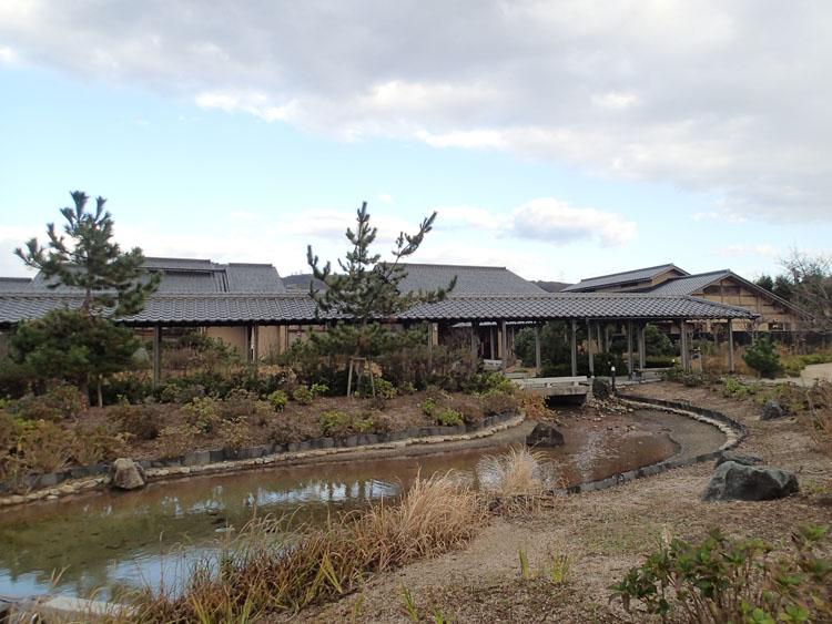 建物前に庭園とグラウンドゴルフ場が広がる夕日ヶ浦温泉外湯「花ゆうみ」。露天風呂も滝が流れる見事な庭園作りだった