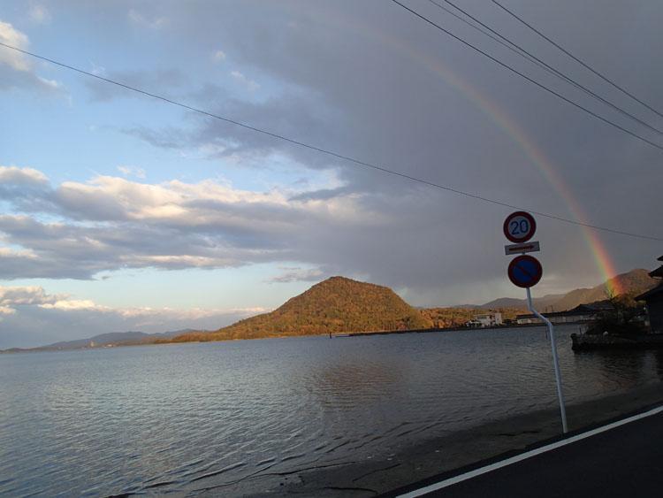 円山川温泉に向かう途中の小さな漁村で止まってふと振り返ったら虹が出ていた。夕日に映える穏やかな内海の景色もよかった