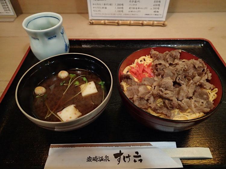 街の真ん中にある寿司屋「すけ六」で食べた但馬牛を使った寿司飯の牛丼「但馬牛ずし」(1000円)。ボリュームもあって美味しい