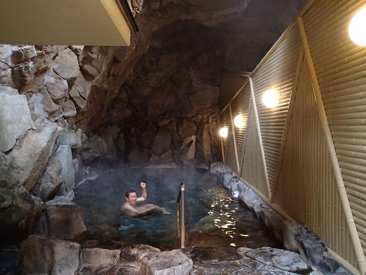 「一の湯」の名物となっている洞窟露天風呂。外観とは裏腹に、他の外湯とは一線を画すダイナミックな印象を受ける