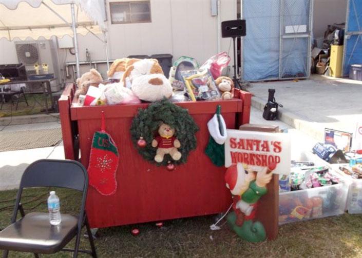 当日のイベント会場には参加者からの多くのオモチャが集められた。これらは後日、施設の子供たちにクリスマスプレゼントとして贈られる