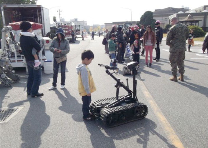 米軍の無人探査車両は子供に大人気。かなり細かな動作もやってのけていたがこれっていくらくらいするのかね?