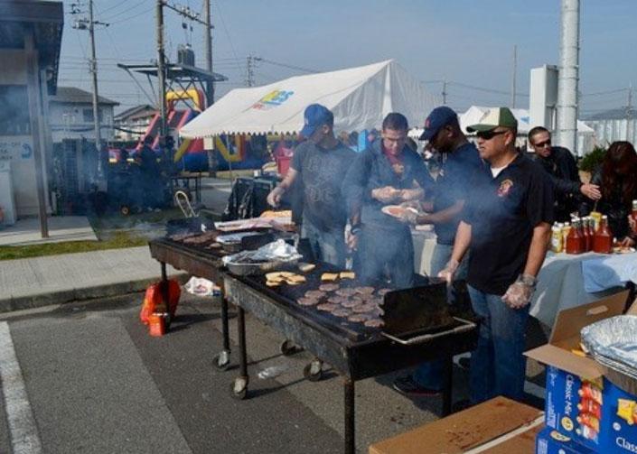参加者には海兵隊員がハンバーガーなどを振舞ってくれる。しかし、コイツら肉焼くのがヘタ過ぎ。口に入れたとたん焦げた味が