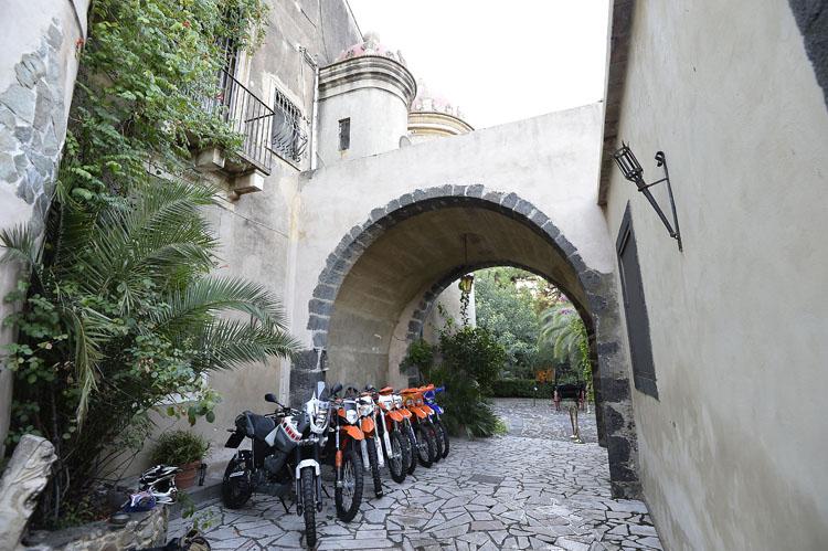 真新しいタイヤを履いて城内でその時を待つダートバイクたち