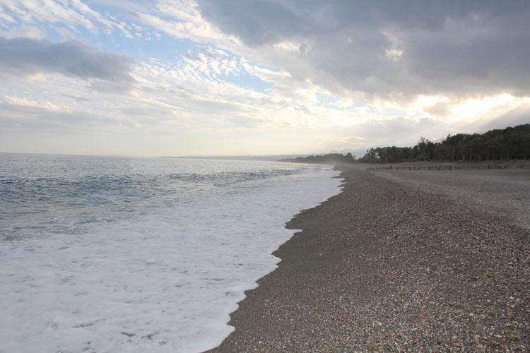 ホテルの中庭を出ると海はすぐそこ。白い波は間違い無く地中海のもの。夕景浜辺でキスを釣る老人がいた