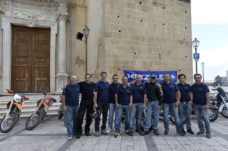 20名ほどが在籍するというテストライダーグループ。その中からメッツラー・ヒーローズのためにこれだけのスタッフがサポートしてくれた。黒い皮ジャン+サングラス姿がテスト部門のボス、サルヴォ・ペニーズィさんだ