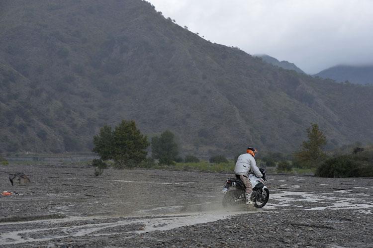 広いグラベルは河床。この場所を横切り、川沿いに走るダートルートを谷の奥にむかって走り続けた