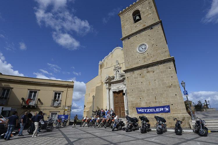 そして青空と雲が印象的なカストロレアーレへ。教会の向こうに地中海がのぞむ