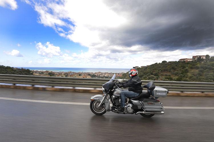 雨上がりの高速道路をゆくエレクトラグライドクラシック。ちょうど雨雲を抜け、青空の下に出た。路面はまだウエット。タイヤを変えるとハーレーもこうなる、というのを体感した