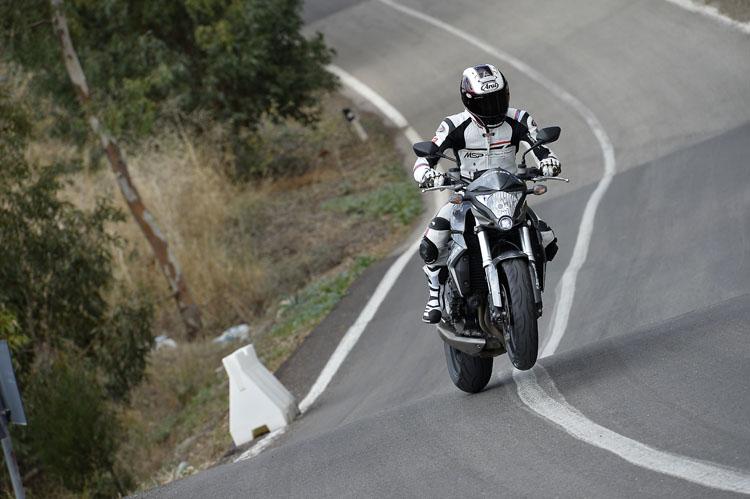 思い切りが悪いと全然飛びません(笑)。CB100Rで走る(飛ぶ?)齋藤栄二さん。タイヤのグリップを越え着地時の吸収性も簡単にテストできる道です