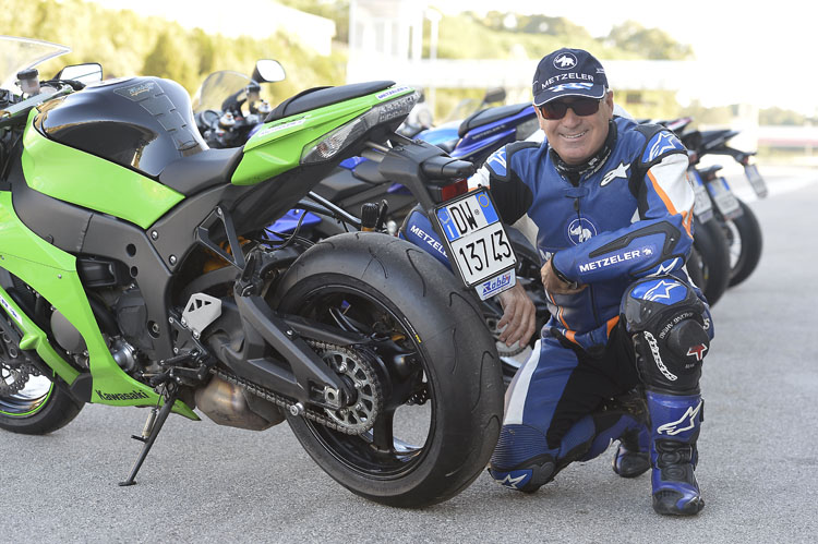 パドックにはレーステックインタラクト・ストリートK3を履く珠玉のスーパースポーツバイク達。エッジグリップを最大限生かすようなトレッドデザインは精悍を漂わせる。シシリーのテスト部門の責任者、サルヴォ・ペニーズィさんもペルグーサのトラックを愛する一人