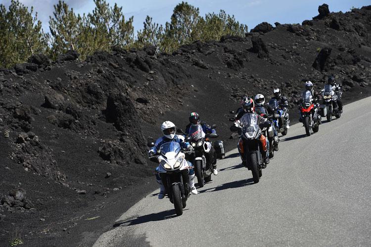 今、気になるアドベンチャーバイクが揃ったエトナ山への道。火山灰の壁は黒く、砂漠のような木々のない風景にこのあと出会う