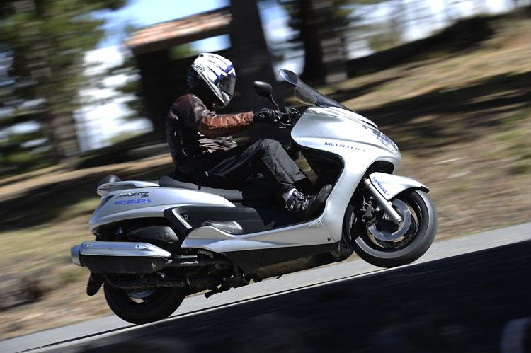 スクーター用タイヤの奥深さを感じたFEEL FREE WINTECH。良くも悪くもスクーターらしいグランドマジェスティーのハンドリングを少しだけスポーティーなキャラクターにしてくれる