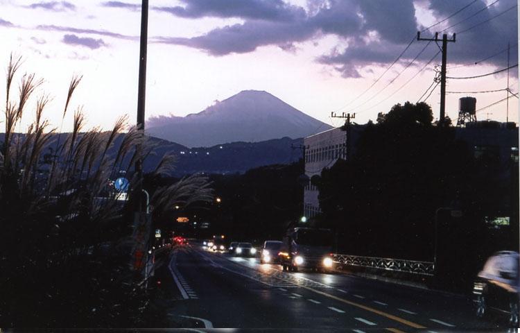 秦野から見る、夕刻の富士山。「行ってきまーす。無事に帰ってきますからねーっ!!」